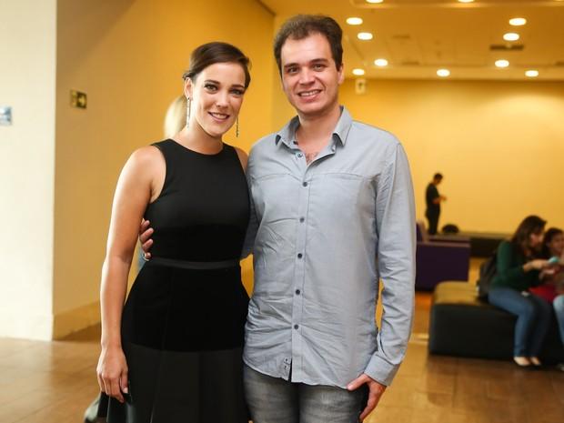 Adriana Birolli e o noivo, Alexandre Contini, em estreia de peça em São Paulo (Foto: Manuela Scarpa/ Brazil News)