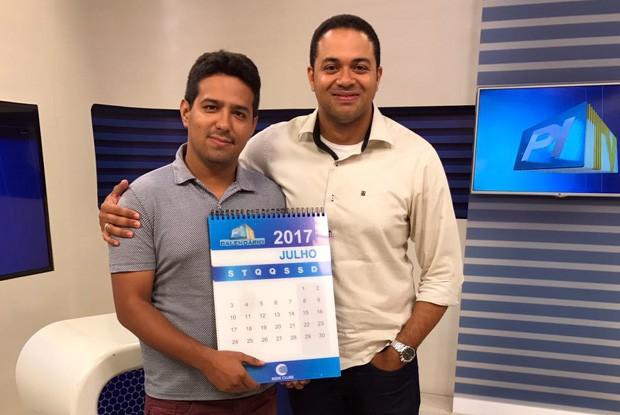 Produtor do Calendário, Gil Oliveira, e o repórter Alan Garcia são os dois responsáveis pelo contato com as comunidades  (Foto: TV Clube)