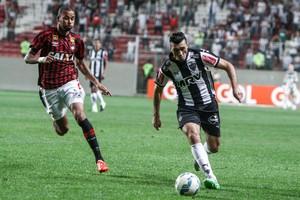 Meia Dátolo reclamou bastante da arbitragem na partida contra o Atlético-PR (Foto: Bruno Cantini/Flickr do Atlético-MG)