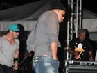 Naldo dá ajeitadinha indiscreta durante show