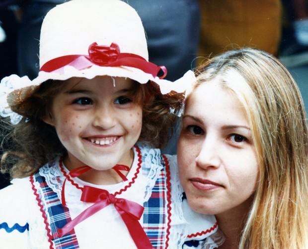 Verena em uma festa junina vestida de caipira com a mãe Alyssa (Foto: Arquivo Pessoal)