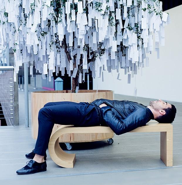 Miguel Ángel Silvestre  admira a obra Árvore dos  Pedidos para o Mundo,  uma de suas preferidas da  exposição Yoko Ono: O Céu   Ainda É Azul, Você Sabe...,  no Instituto Tomie Ohtake  (Foto:  )