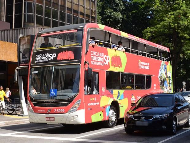 Ônibus de dois andares, semelhante aos da cidade de Londres, caracterizado pela Prefeitura para turismo na cidade, é visto trafegando pela Avenida Paulista, em São Paulo (SP) (Foto: J. Duran Machfee/Estadão Conteúdo)