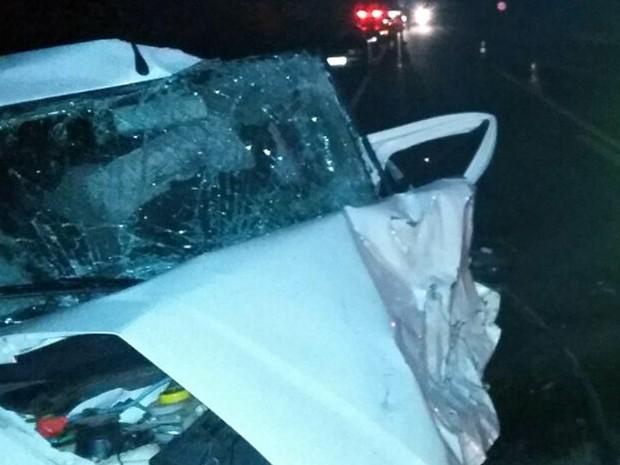 Uma das vitimas estava em um carro com mais três pessoas, que foram levadas para hospital; acidente foi na BR-491, em Areado, MG, na madrugada deste domingo (26) (Foto: Corpo de Bombeiros)