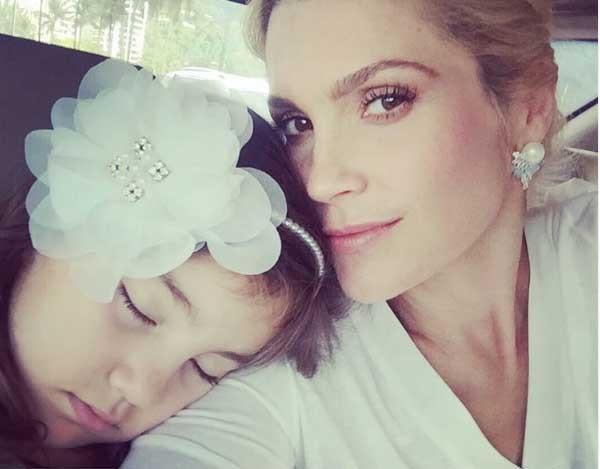 Olívia desmaiada no ombro de Flávia (Foto: Reprodução - Instagram)
