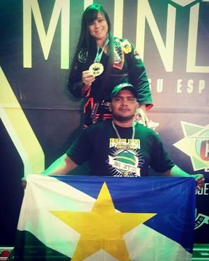 A lutadora com o professor Pedrão Freitas (Foto: Divulgação/arquivo pessoal)