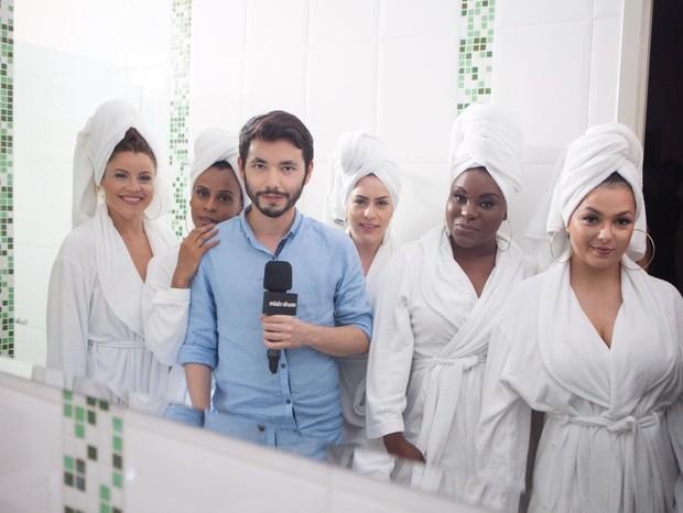 Roupão e toalha na cabeça: traje adequado para uma entrevista no banheiro! (Foto: Carol Caminha)