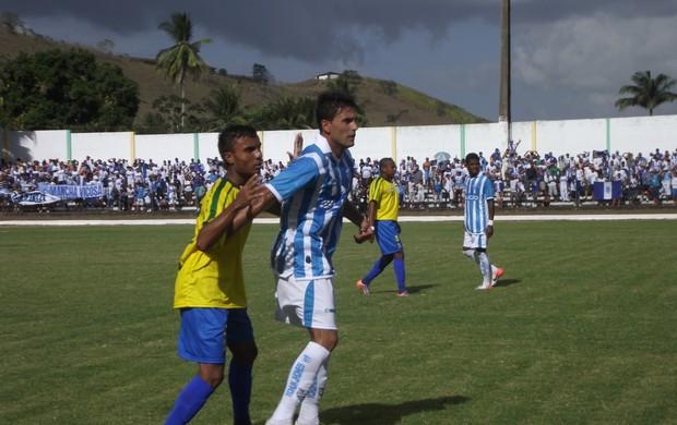 Celico recebe forte marcação do lateral Jonathan Bastos (Foto: Caio Lorena / Globoesporte.com)