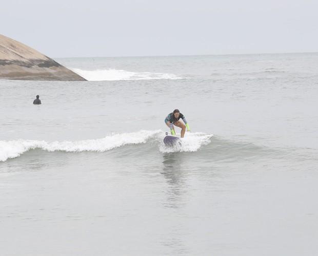 Fabiula se equilibra na prancha de surfe (Foto: Artur Meninea/ TV Globo)