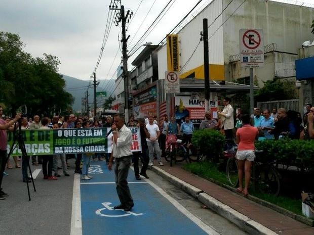 Marcia Rosa discursou em ato contra fechamento da Usiminas em Cubatão (Foto: Regiane Rossi/Arquivo Pessoal)