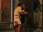 Usando saias, Marc Jacobs e o namorado trocam beijos no Rio