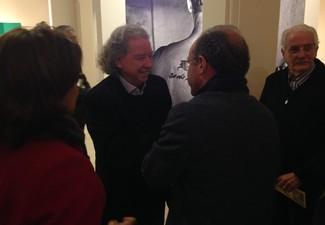 Schlee recebe cumprimentos na inauguração da exposição (Foto: Vinícius Guerreiro/GE)