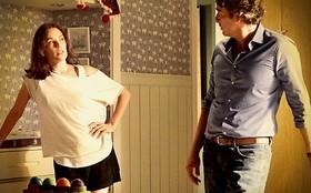 Já com duas mulheres, Cadinho vai atrás de Alexia e a pede em namoro