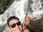 Priscila Pires posa na cachoeira com affair