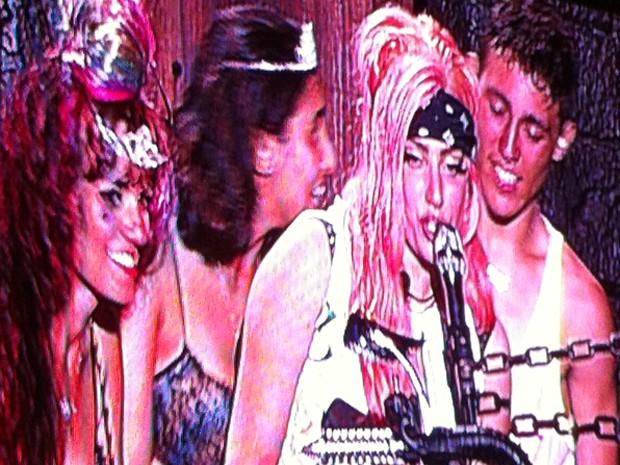 """Ao piano, cantora americana Lady Gaga canta a música """"Hair"""" cercada por fãs brasileiros em show no Estádio do Morumbi, em São Paulo, neste domingo (11) (Foto: G1)"""