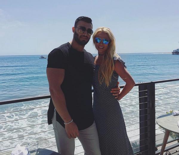 A cantora Britney Spears com o namorado (Foto: Instagram)