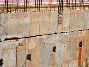 Ainda em construção, trincheira do Santa Rosa, em Cuiabá, já apresenta rachaduras. Problema também foi criticado em relatório do Crea. (Foto: Renê Dióz / G1)