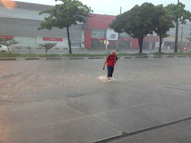 G1 - Fortes chuvas afetam trânsito e alagam avenidas no