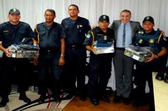 Presidente da Câmara entrega armas 'não-letais' aos guardas legislativos (Foto: Divulgação/Câmara de Natal)