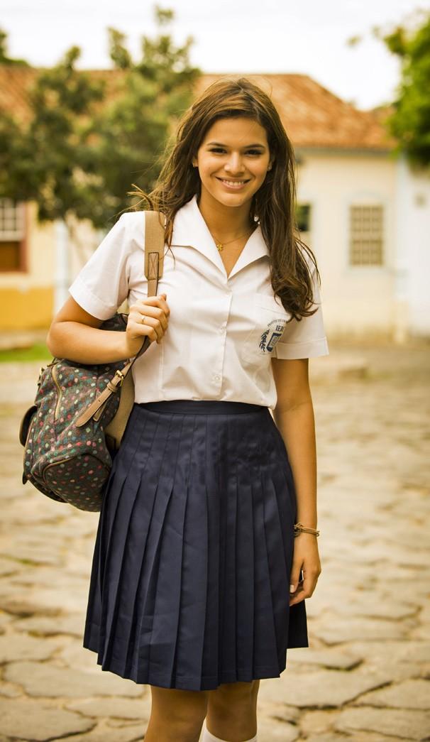 Bruna Marquezine usa uniforme de colégio para as gravações da segunda fase da novela Em Família (Foto: Globo)