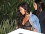 Kourtney Kardashian usa transparência e deixa seios à mostra