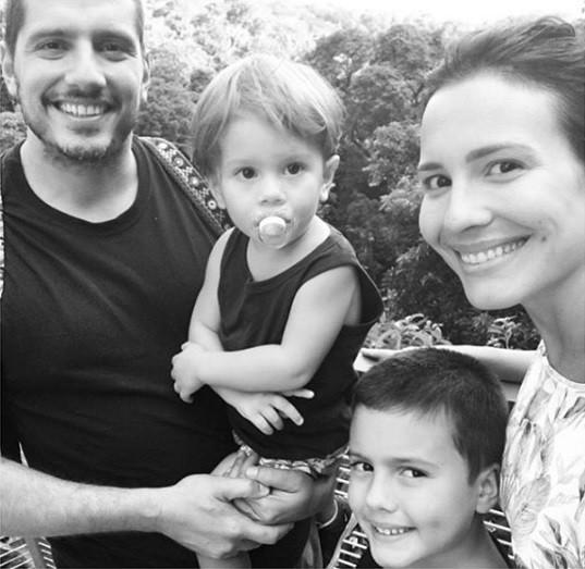 Juliana Knust, o marido e os filhos (Foto: Reprodução)