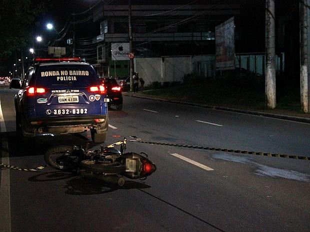 Suspeitos foram interceptados em avenida de grande movimento (Foto: Marcos Dantas/G1 AM)