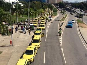 Taxistas chegaram à prefeitura no início da tarde (Foto: Alba Valéria Mendonça/G1)