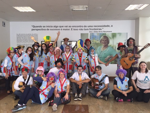 Voluntários passaram a tarde deste sábado no Hospital do Idoso Zilda Arns (Foto: Divulgação / Uniandrade)