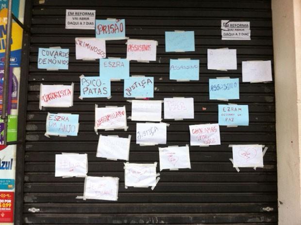 vários cartazes foram colado na porta da bomboniere com frases pedindo justiça (Foto: Paula Paiva Paulo/G1)