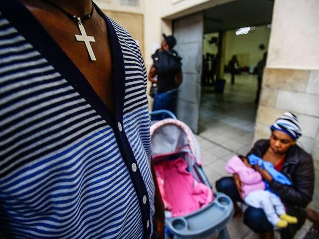 Haitiana amamenta bebê após chegar a SP, vinda do Acre (Foto: Gabriela Giló/Estadão Conteúdo)