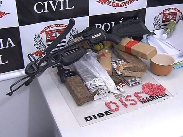 Polícia apreende arma e drogas em Marília (Foto: Reprodução / TV TEM)