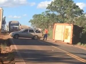Cinco trabalhadores rurais ficaram feridos após acidente em rodovia (Foto: Divulgação/Marcela Gambini)