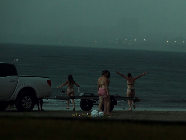 Turista estava de braços abertos caminhando em direção ao mar (Foto: Rogério Soares / Jornal A Tribuna )