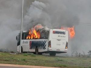 Ônibus queimado por manifestantes em Três Lagoas (Foto: Ricardo Ojeda / Perfil News)