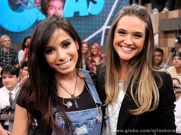 Atriz também tira foto com a cantora Anitta (Foto: TV Globo/Altas Horas)