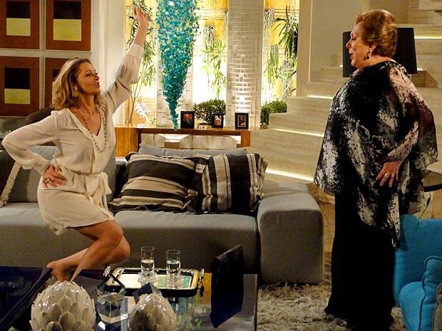 Tudo por Otto: Sônia samba feito uma louca e até desce até o chão (Foto: Cheias de Charme / TV Globo)