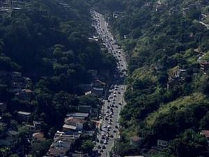 Queda de poste provoca grande congestionamento em Niterói (Foto: Reprodução / TV Globo)