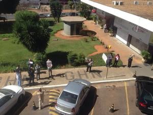 Manifestantes contra Cunha tocaram cornetas em frente ao hotel onde o presidente afastado falou com a imprensa  (Foto: Gustavo Garcia/G1)