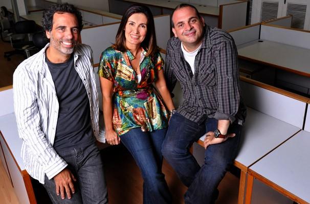 Fátima Bernardes posa entre os diretores Maurício Farias e Fabricio Mamberti em sua sala no Projac (Foto: Alex Carvalho/TV Globo)