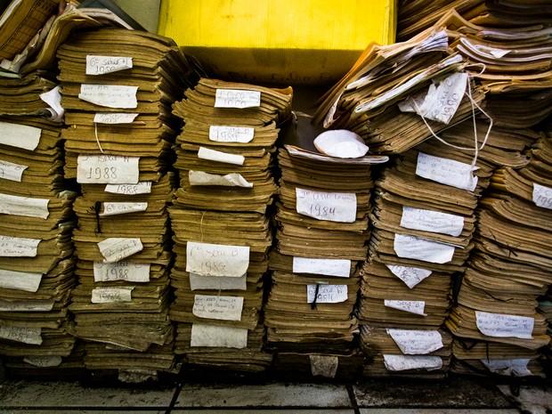Arquivos dos professores e alunos ficam amontoados em uma sala sem qualquer cuidado (Foto: Jonathan Lins/G1)