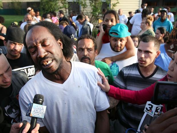 Charles Ramsey, vizinho da casa em que as jovens eram mantidas, fala com a imprensa em Cleveland (Foto: Scott ShawThe Plain Dealer/AP)