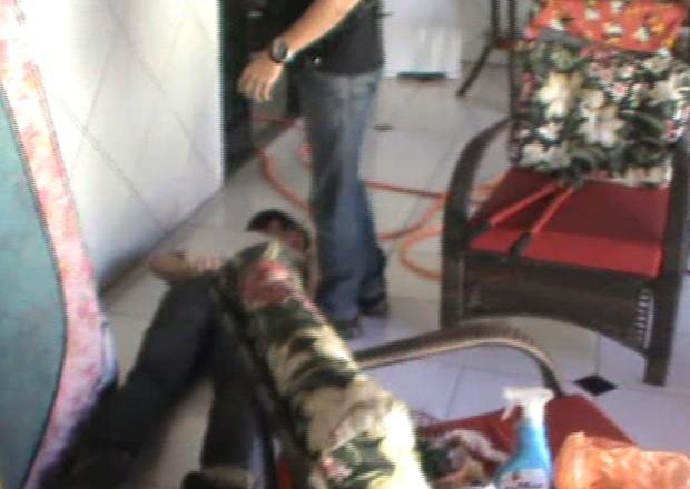 Jovem que guardava cativeiro foi preso em flagrante (Foto: Reprodução / TV TEM)