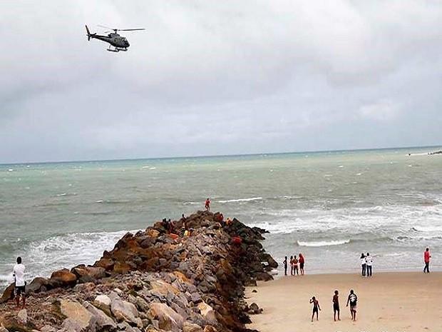 Corpo de Bombeiros realizou buscas na região da Ponta do Morcego, em Natal (Foto: Elias Medeiros)