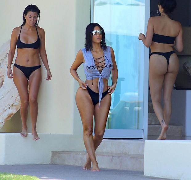 Kim Kardashian e Kourtney Kardashian (Foto: The Grosby Group)
