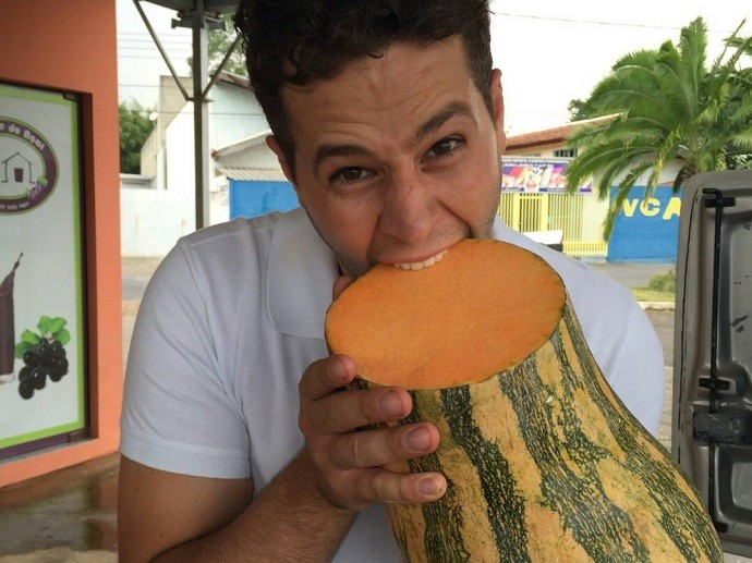 Durante a gravação em Morungaba, o Pedro confirmou sua fama de comilão! (Foto: reprodução EPTV)