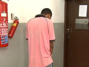 Rapaz de 21 anos foi preso suspeito de participar de latrocínio de empresário em Ribeirão Preto (Foto: Ronaldo Oliveira/EPTV)