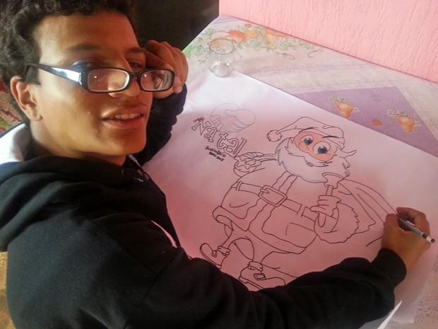 O adolescente David Oliveira da Silva, de 14 anos, que pediu cirurgia nos olhos em carta ao Papai Noel (Foto: Raquel Morais/G1)