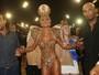 Vestida de dourado, Sabrina Sato mostra corpão na Avenida