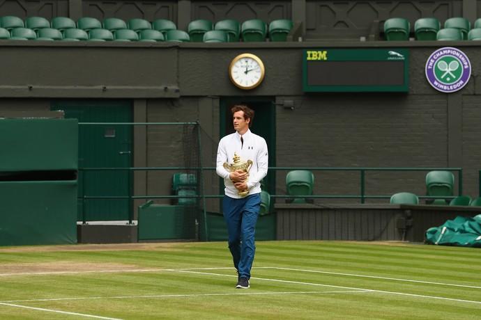 41b16fa8a26 Andy Murray exibe troféu de campeão no dia seguinte após a conquista (Foto   Getty